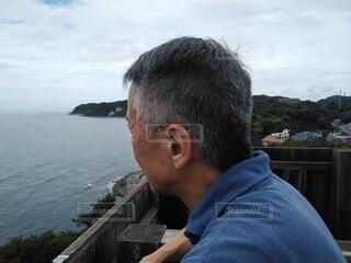 展望台から海を眺める男性の写真・画像素材[3682576]