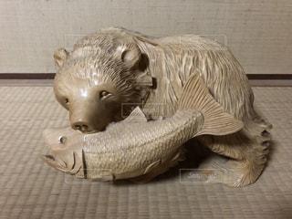 熊と鮭の像の写真・画像素材[2845419]