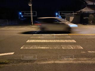 夜の横断歩道の写真・画像素材[3061303]