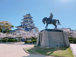 桜と今治城と藤堂高虎像の写真・画像素材[3077342]