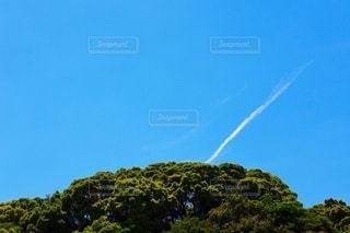 山と飛行機雲の写真・画像素材[3342297]