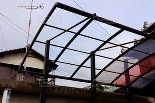 強風により屋根が飛んだカーポートの写真・画像素材[3481287]