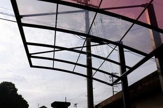強風で屋根が飛んだカーポートの写真・画像素材[3481286]
