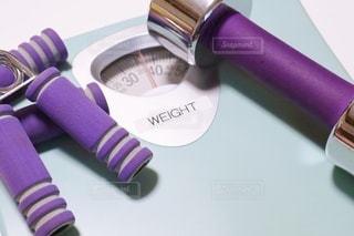 体重計と筋トレ器具の写真・画像素材[3522390]