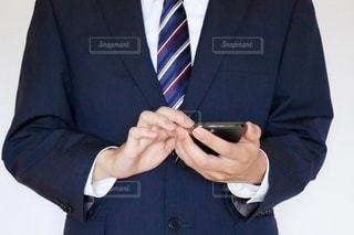 スマホを触るビジネスマンの写真・画像素材[3540766]