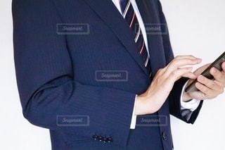 スマホを触るビジネスマンの写真・画像素材[3540783]