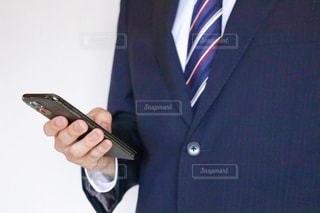 スマホを触るビジネスマンの写真・画像素材[3540782]