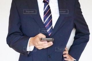スマホを触るビジネスマンの写真・画像素材[3540784]