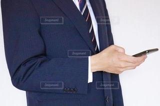スマホを触るビジネスマンの写真・画像素材[3540785]