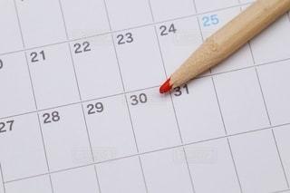 カレンダーと赤鉛筆の写真・画像素材[3593830]