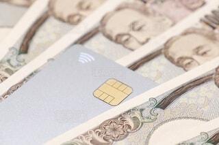 クレジットカードと一万円札の写真・画像素材[3618251]