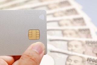 クレジットカードと一万円札の写真・画像素材[3618250]
