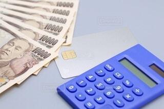 クレジットカードと一万円札の写真・画像素材[3618249]