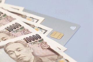 クレジットカードと一万円札の写真・画像素材[3618239]
