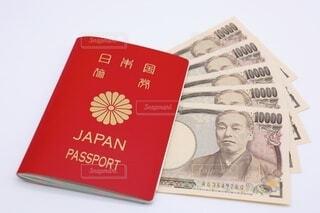 お金とパスポートの写真・画像素材[3674614]