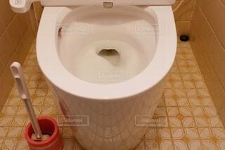トイレと掃除用ブラシの写真・画像素材[3811627]
