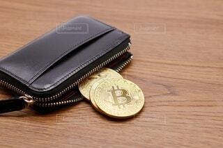 財布とビットコインの写真・画像素材[3918861]