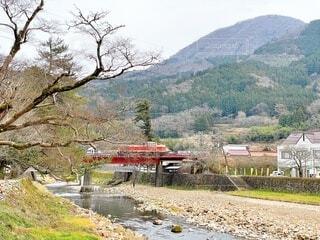 島根県津和野町 山口線 津和野川を渡るディーゼル機関車の写真・画像素材[4010104]