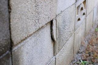 住宅の庭の割れたブロック塀の写真・画像素材[4011538]