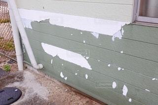 塗膜剥離した住宅の壁の写真・画像素材[4018133]