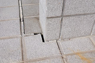 地震によってひび割れた玄関の石畳の写真・画像素材[4020630]