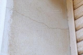 コンクリート造の建物のひび割れの写真・画像素材[4022651]
