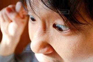 男性が怒りの表情で拳を上げているの写真・画像素材[4042676]