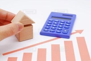 積み木で作られた家と上昇のグラフの写真・画像素材[4042685]