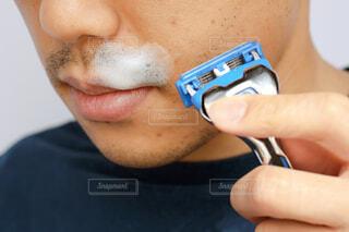 日本人男性の無精髭とカミソリの写真・画像素材[4248617]