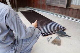 波板の屋根の取り替えを実施する男性作業員の写真・画像素材[4289428]