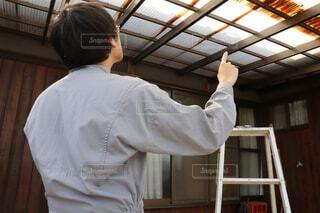 波板の屋根の取り替えを実施する男性作業員の写真・画像素材[4289432]