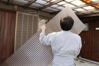 波板の屋根の取り替えを実施する男性作業員の写真・画像素材[4289434]
