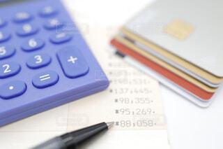 クレジットカードと銀行通帳の写真・画像素材[4316709]
