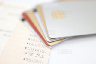 クレジットカードと銀行通帳の写真・画像素材[4316715]