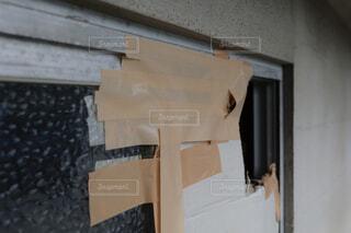 割れた窓ガラスが段ボールで応急処置されているの写真・画像素材[4344565]