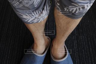 短パンを履いた男性のすね毛の写真・画像素材[4363697]