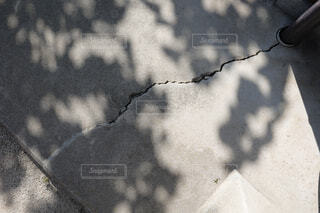 地震によりひび割れたコンクリート床の写真・画像素材[4441756]