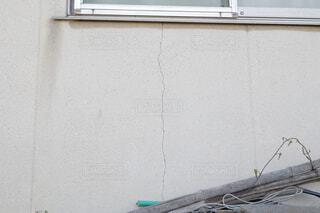 コンクリート造の民家の壁の亀裂の写真・画像素材[4458458]