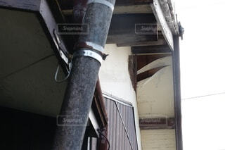 屋根の裏側、軒天が強風や劣化により剥がれているの写真・画像素材[4839894]