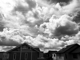 モノクロ雲の写真・画像素材[2851906]