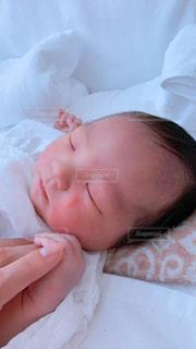 ママと手を繋ぐ新生児。の写真・画像素材[2852735]