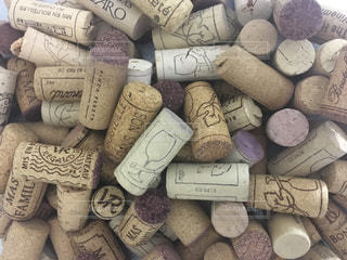 たくさんのワインのコルクの写真・画像素材[1130740]