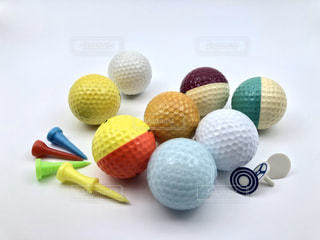 カラフルなゴルフボールの写真・画像素材[3096524]