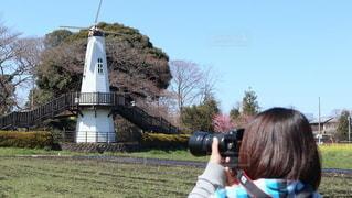 風車と女性の写真・画像素材[3026712]