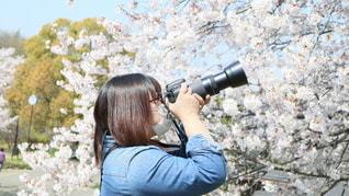 マスクをして撮影する女性の写真・画像素材[3352554]