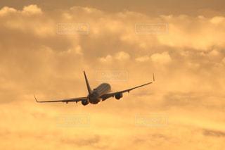 夕暮れの飛行機の写真・画像素材[2857371]
