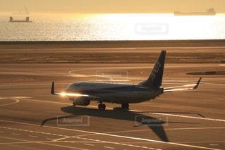 夕暮れの空港の写真・画像素材[2859889]