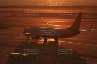 夕暮れの空港の写真・画像素材[2860050]