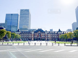 晴れた朝の東京駅の写真・画像素材[2858982]