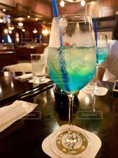 テーブルの上のワイングラスをクローズアップの写真・画像素材[2860812]